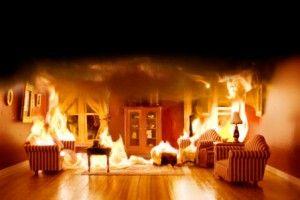casa madera en llamas