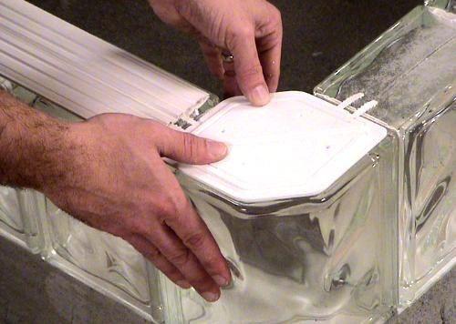 Instalacion de bloques de vidrio con argamasa - Como colocar ladrillos de vidrio ...