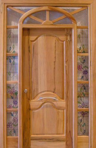 Puertas y marcos for Modelos de puerta de madera para casa