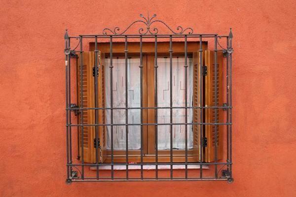 Fotos de ventanas con rejas fotos presupuesto e imagenes for Ventanas en madera para interiores