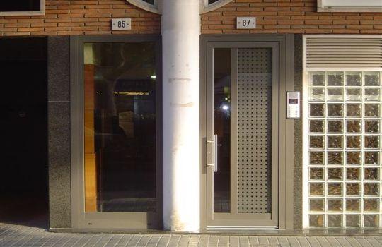 Puertas aluminio exterior precios fotos presupuesto e for Precio puerta aluminio blanco exterior