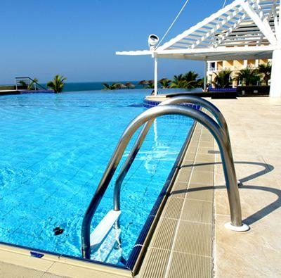 Escaleras modernas para piscina for Piscinas de plastico precios