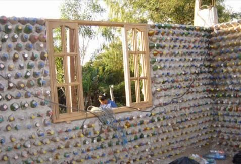 Como construir una casa con barro y botellas de refrescos for Como levantar una casa