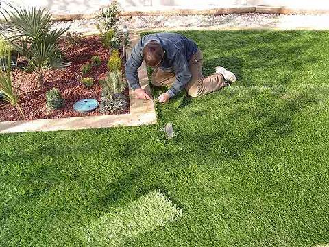 Decorar terraza con c sped artificial for Decorar el jardin con poco dinero