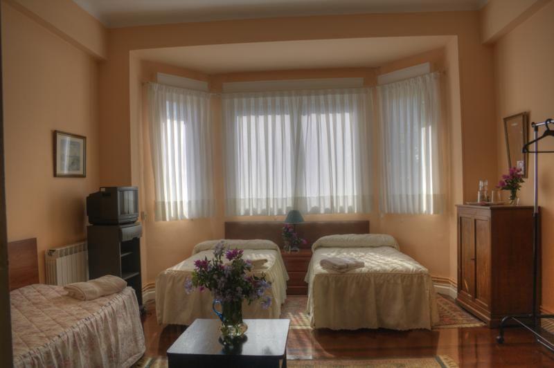 Como decorar dormitorio para tres personas Habitacion con dos camas