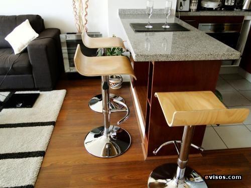 Taburetes de cocina estilo americano for Sillas de madera modernas para cocina