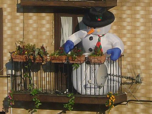 Decoraci n de balcones en navidad for Adornos navidenos para balcones