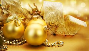Elegante decoración navideña en dorado