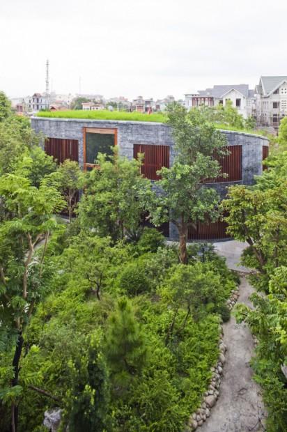 Casa de piedra sostenible jardín