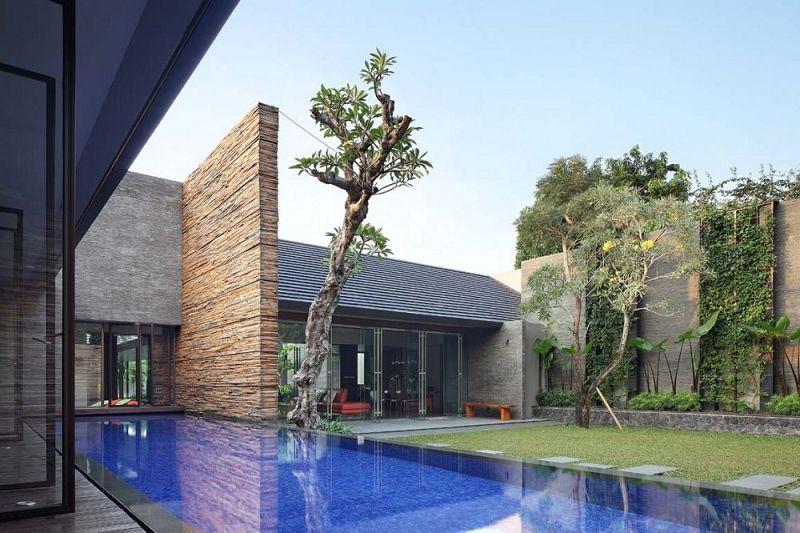 Casa disminuida casa disminuida de indonesia for Fotos de casas modernas con alberca