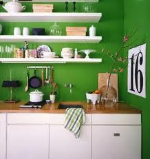 El uso de las estanterías en las cocinas.