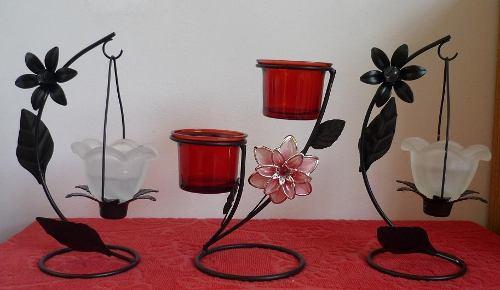 El uso de velas y candelabros en la decoración.