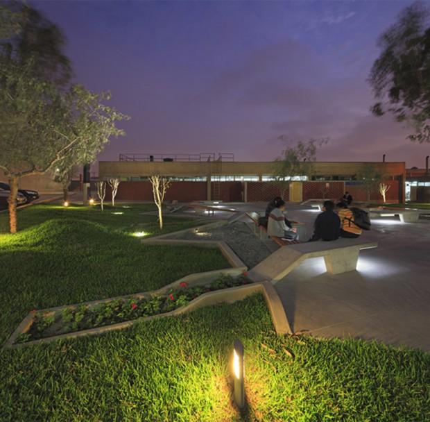 Moderno Campus en Perú noche