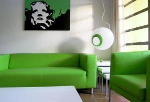 Decoracion de salas con sofa verde
