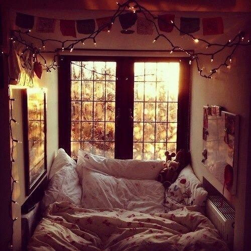 Dormitorio decorado con guirnaldas de luces