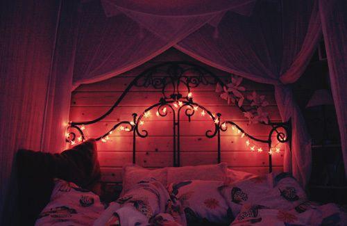 Dormitorio decorado con guirnaldas de luces for Luces led para decorar