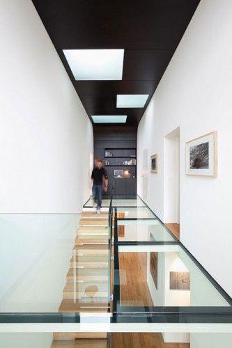Escaleras con plataforma de cristal