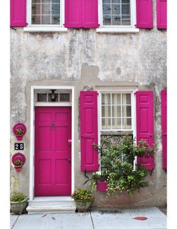 Fachada de casas con detalles en rosa