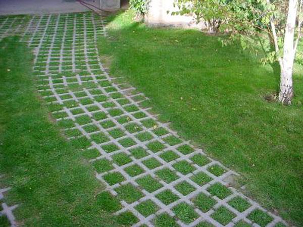 Instalando bloques de césped en el jardín..