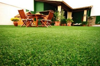 Cesped artificial, ideal para decorar el jardin en verano