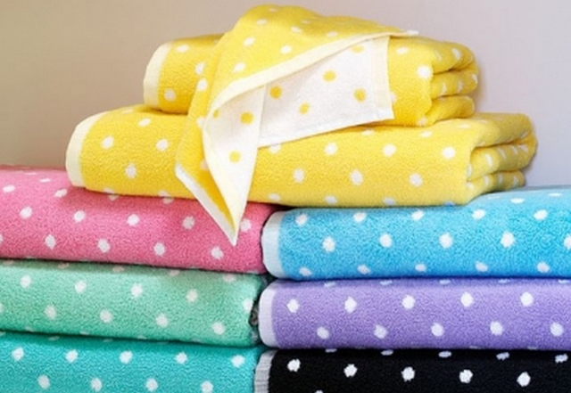 Decorar baño con toallas de colores 3