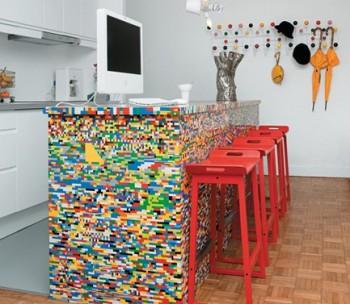Mesada de cocina con diseño de ladrillos de colores