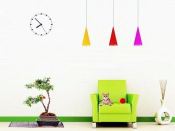 Sala minimalista llena de color