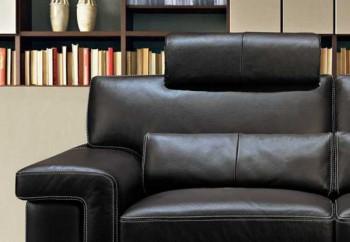 Un sofa de cuero en la oficina