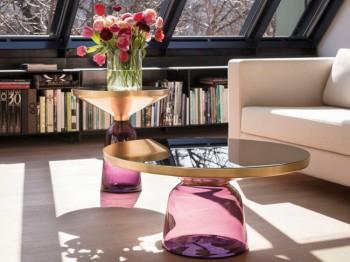 Utilización de las mesas auxiliares en la decoración del salón.
