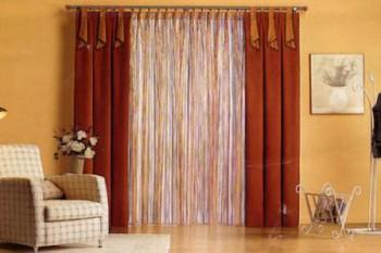 El uso de visillos y cortinas para decorar las ventanas