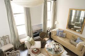 El uso de visillos y cortinas para decorar las ventanas.