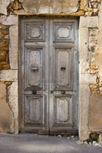 Renovando puertas envejecidas.
