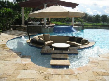 Una sala de estar en medio de la piscina