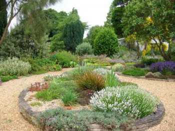 Decorar el jardín con arena