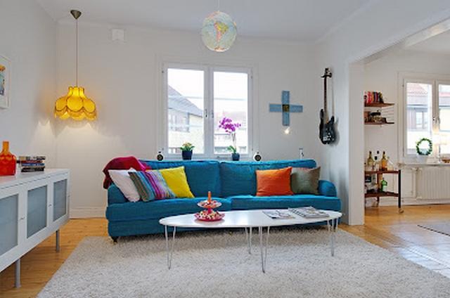 Decorar la sala utilizando un sof azul for Salas con cojines en el piso