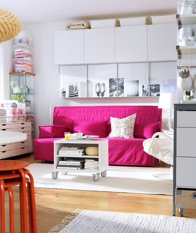 Decorar sala con sofa fucsia 2