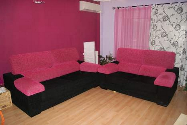 Decorar sala con sofa fucsia 3
