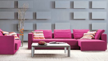 Decorar sala con sofa fucsia