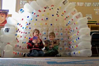 Una casita de juego para niños hecha con botellas recicladas