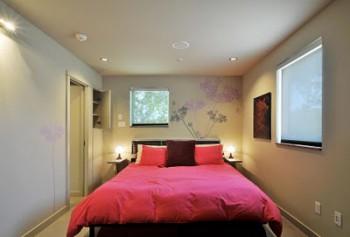 Cama grande en dormitorio pequeño