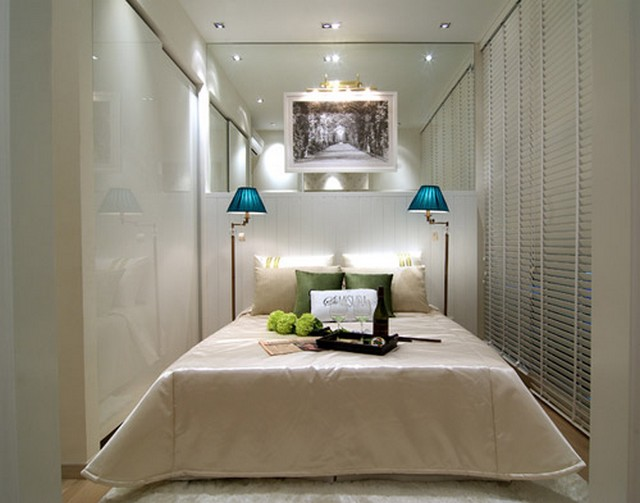 Cama grande en dormitorio pequeño 4