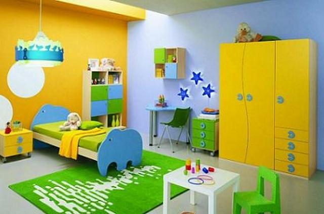 Dormitorio infantil decorado en amarillo y verde for Imagenes de cuartos infantiles decorados