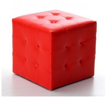 Decoracion con puffs rojos