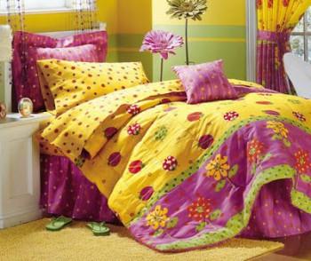 Dormitorio de niñas decorado en fucsia y amarillo 1