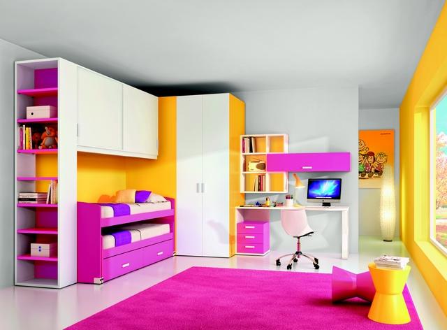 Dormitorio de niñas decorado en fucsia y amarillo