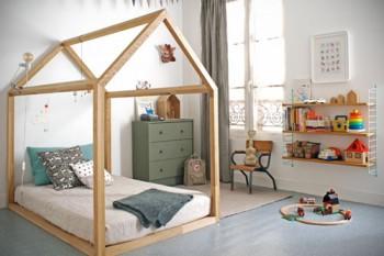 Una cama con forma de cabaña para los niños