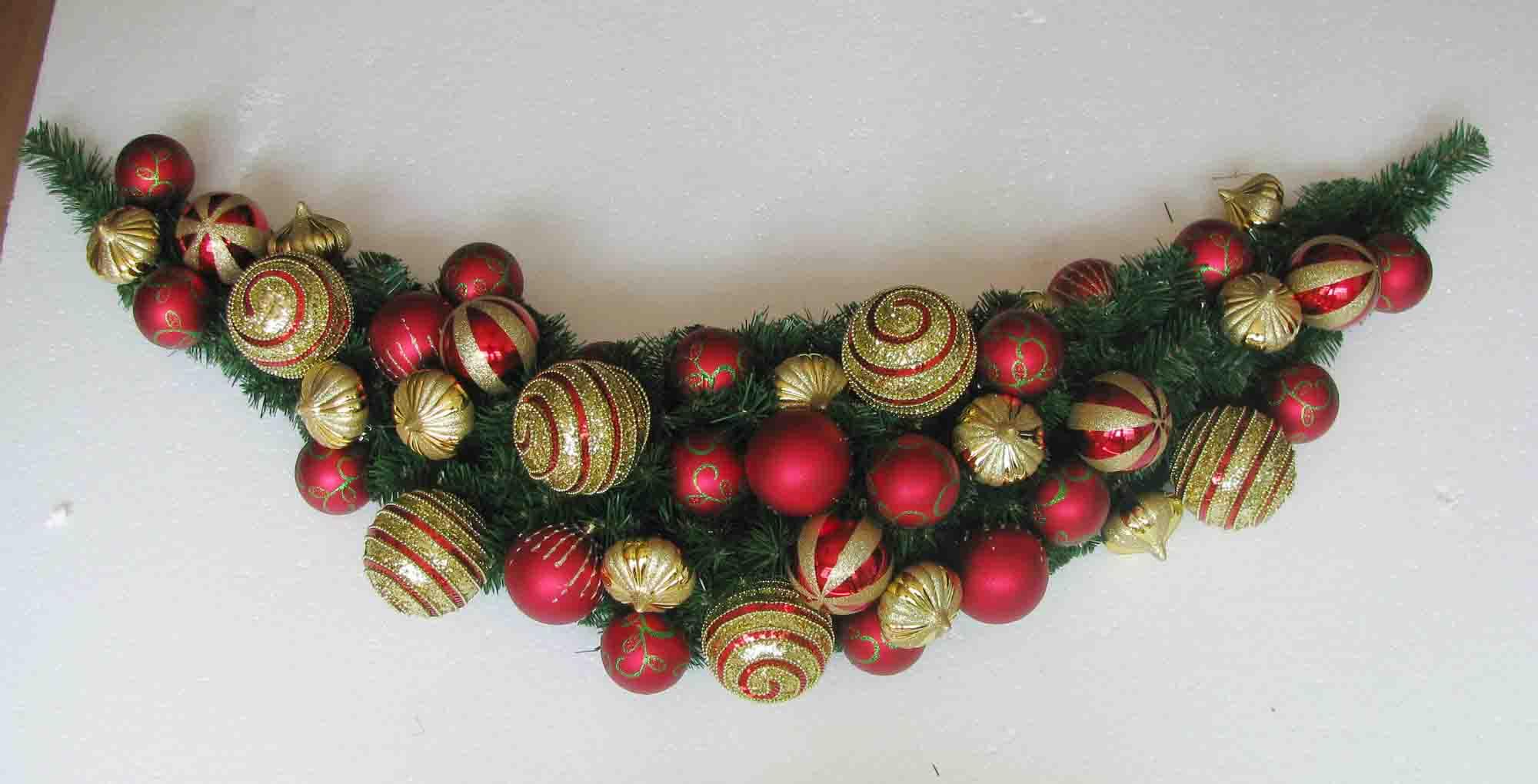 Decoraci n con guirnaldas de navidad for Puertas decoradas con guirnaldas