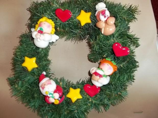 Decorando la entrada del hogar con detalles navideños.