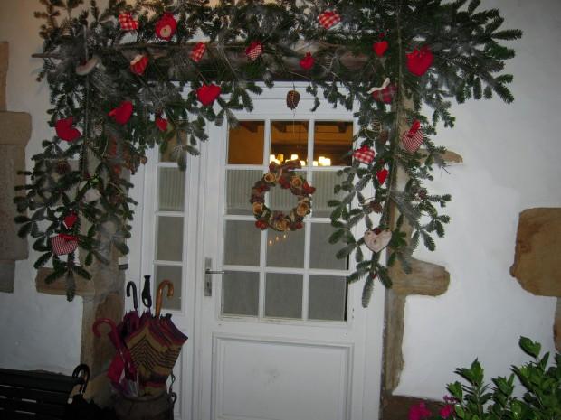 Decorando la puerta del hogar para la navidad.