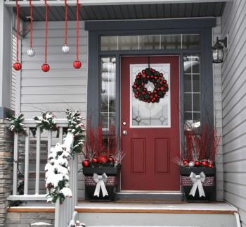 Decorando la puerta del hogar para la navidad..